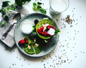 Dneska jsem si trochu pohrála s tradičním vnímáním lívanců. Co říkáte na tuhle bezlepkovou a bezmléčnou pohankovo špenátovou verzi z konopného mléka? Někdy mám pocit, že jím už očima. Tohle focení mě vyjímečně moc bavilo. #nonglutein #cleaneating #healthyfood #freshfood #nomilk #detox #detoxchune #foodstyling #recipe #healthylifestyle #yummy #mademyday #prague #delicious #hungry #foodporn #like4like #fit #fitness #followforfollow #fitfood #instadayly #loveit #protein #vegies #diet #pancakes #blogger