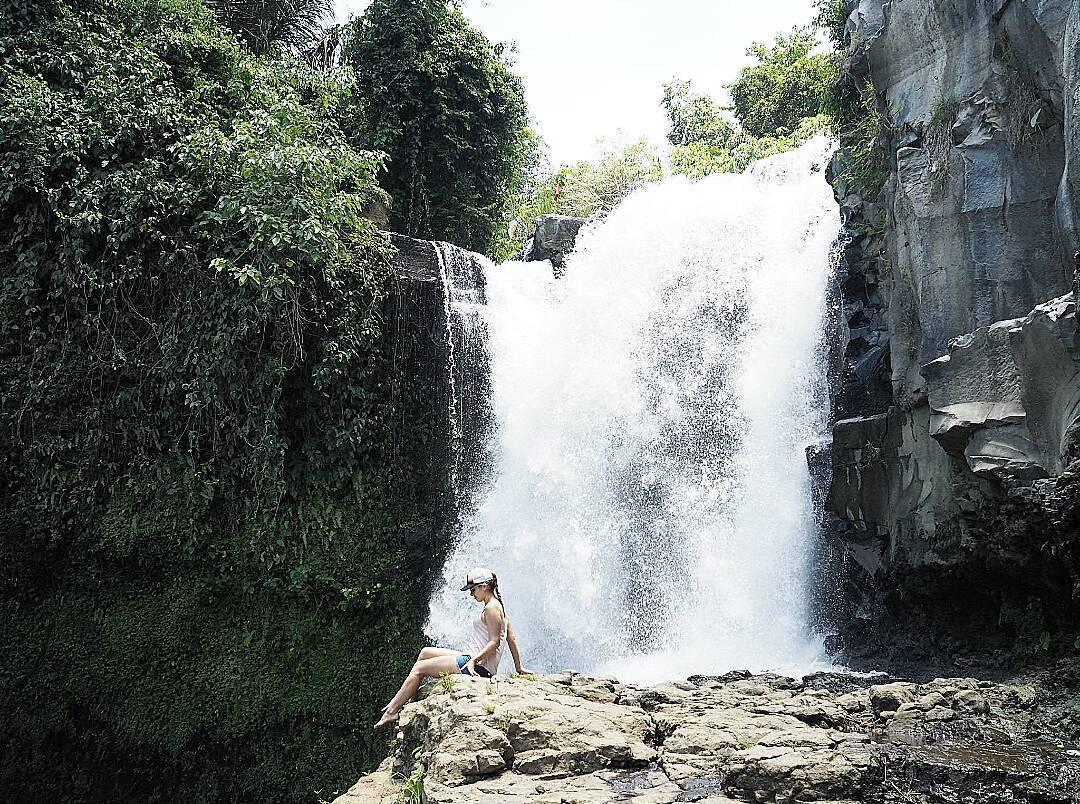 Po dnešním dni tráveném v šíleném provozu na motorce konečně odměna. Posílám sluníčko. Je to tu náádhera! #waterfall #baliwaterfall #indonesia #czechgilr #girlstravel #travel #view #green #nature #loveit #lovelyplace #cosmobloggerscz #likeforlike #eatpraylove #blondie #photooftheday #amazingplace #ubud
