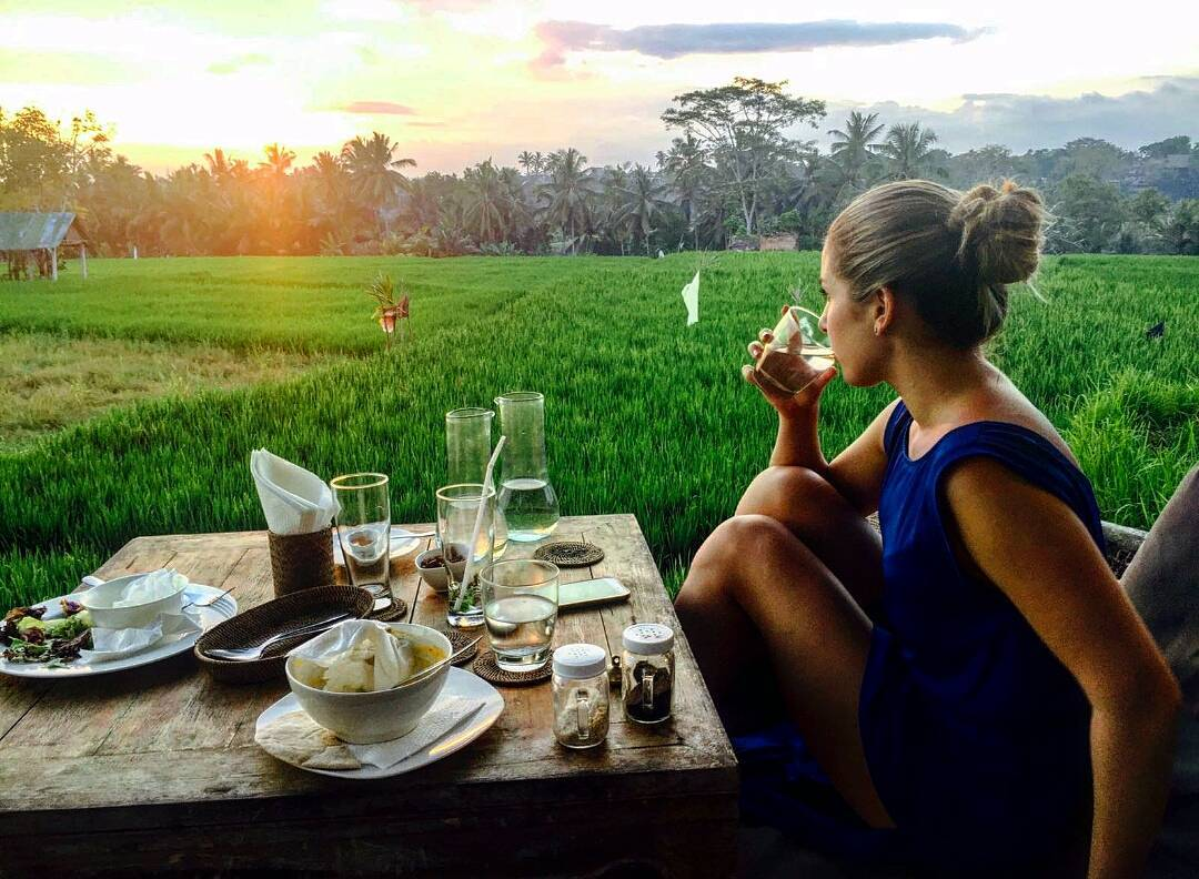 The evening I fell in love with #ubud #ricefields #ubud #indonesia #bali #czechgilr #girlstravel #travel #view #green #nature #loveit #lovelyplace #sunset #love #amazingplace #dinner #cosmobloggerscz #likeforlike #eatpraylove #blondie #photooftheday #followme